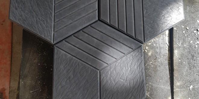 Gạch bê tông tự chèn - Mẫu Lục Giác 5 Sọc [Mà Xám Đen]